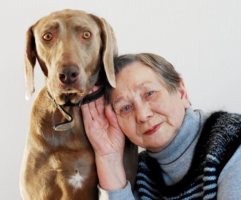 Mujer y perro mayores foto de archivo libre de regalías