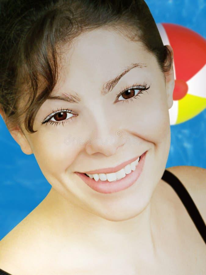 Mujer y piscina hermosas fotografía de archivo libre de regalías