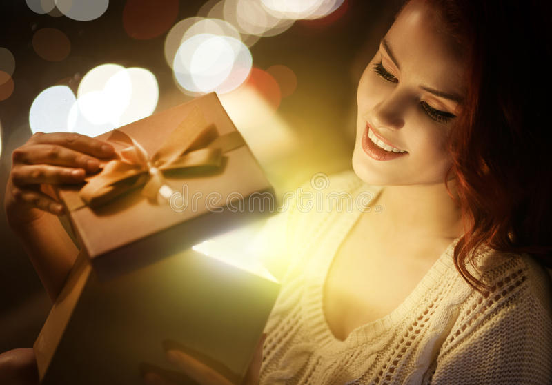 Mujer y regalo hermosos. La Navidad imagen de archivo libre de regalías