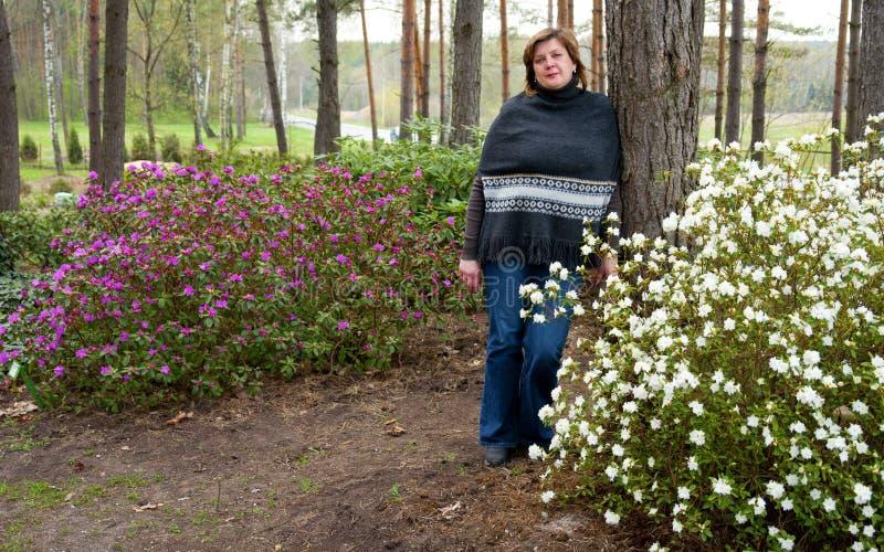 Mujer y rododendros imágenes de archivo libres de regalías