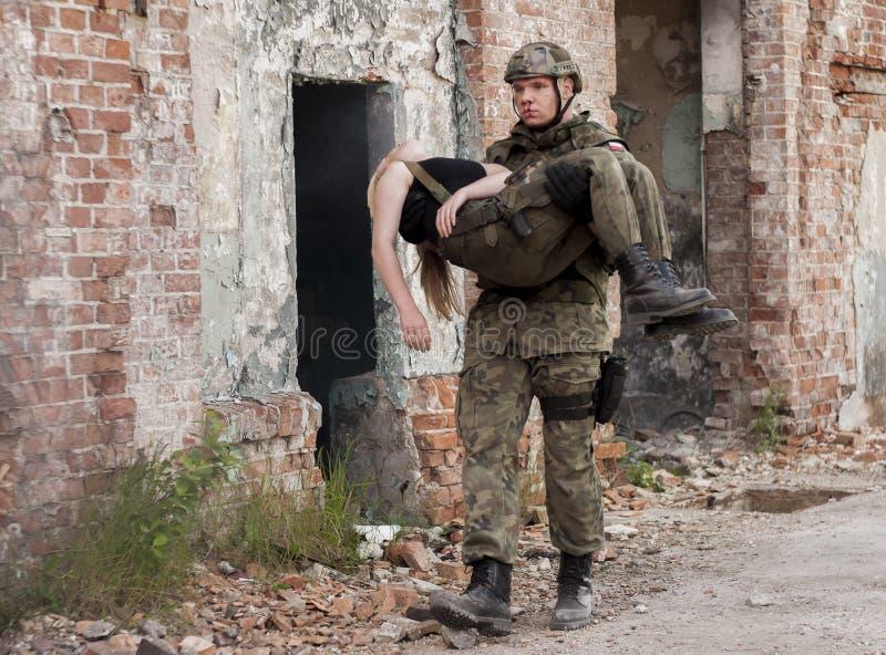 Mujer y soldado heridos en uniforme del ejército polaco durante Histori imágenes de archivo libres de regalías