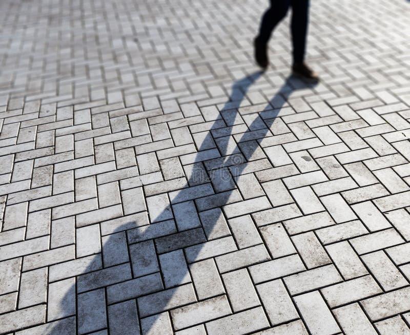 Mujer y sombra imagen de archivo libre de regalías
