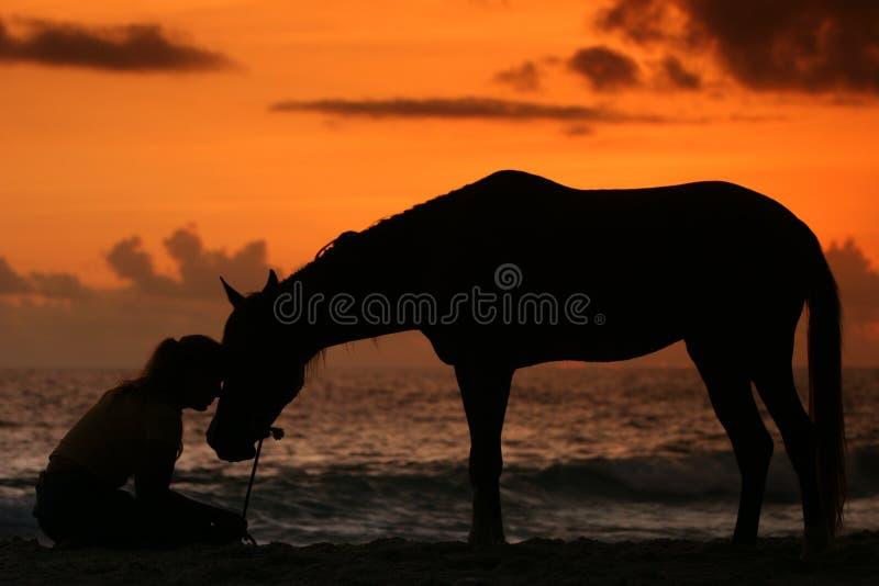Mujer y su caballo por el mar