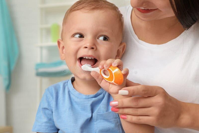Mujer y su hijo con el cepillo de dientes fotografía de archivo libre de regalías
