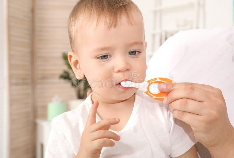 Mujer y su hijo con el cepillo de dientes fotos de archivo libres de regalías