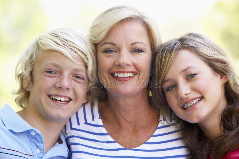 Mujer y sus niños adolescentes fotos de archivo