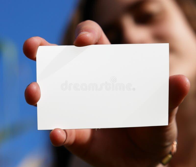 Mujer y tarjeta blanca imagenes de archivo