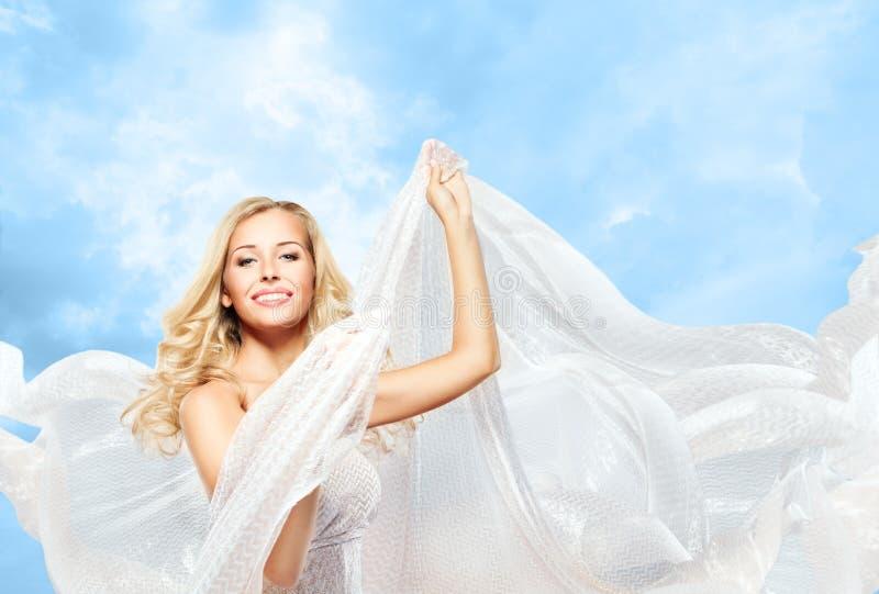 Mujer y tela de seda que vuela, modelo de moda Girl Dancing Cloth imágenes de archivo libres de regalías