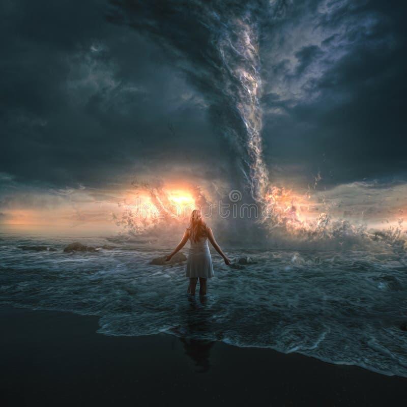 Mujer y tornado foto de archivo