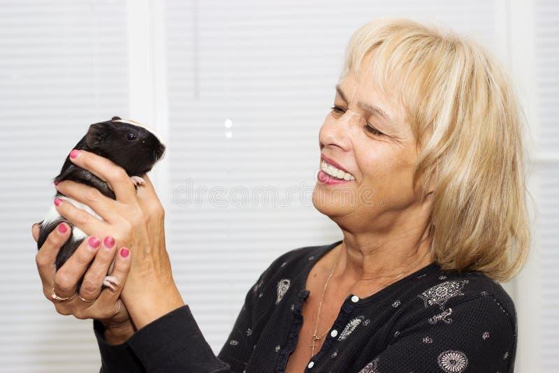 mujer y un conejillo de Indias imágenes de archivo libres de regalías