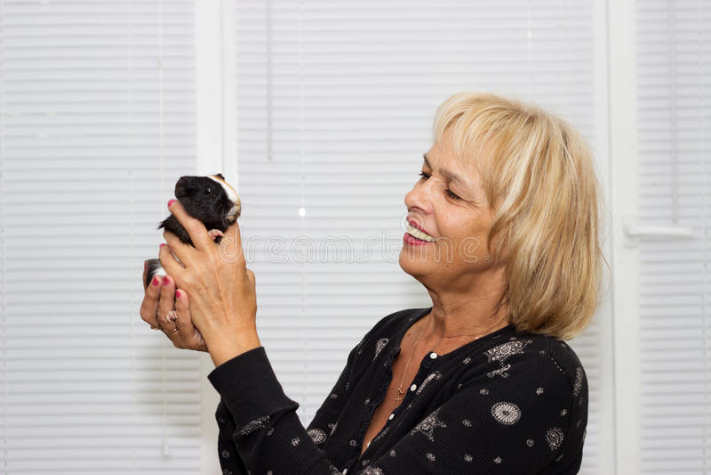 mujer y un conejillo de Indias imagen de archivo libre de regalías