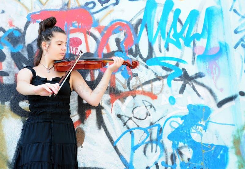 Mujer y violín foto de archivo libre de regalías