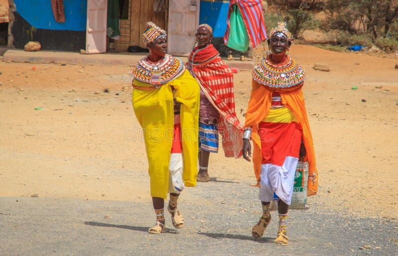 Mujeres africanas de la tribu de Samburu relacionada con la tribu del Masai en joyería nacional imagen de archivo libre de regalías