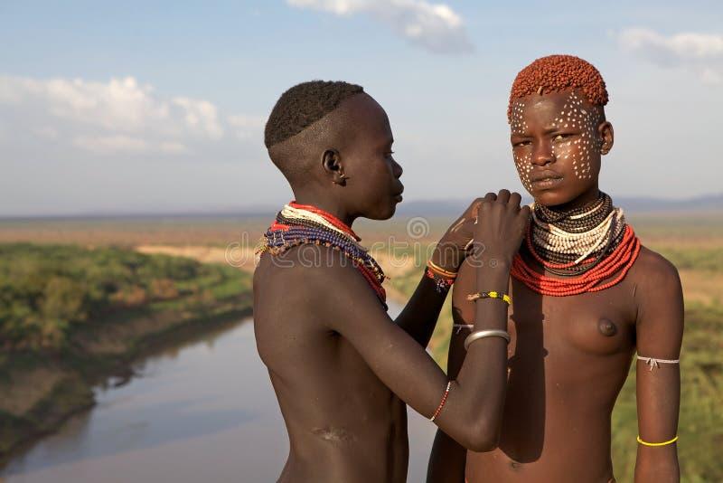 Mujeres y pintura corporal africanas imagenes de archivo