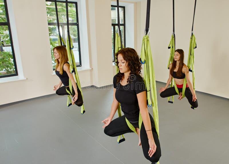 Mujeres antigravedad de la yoga imagen de archivo libre de regalías