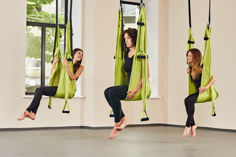 Mujeres antigravedad de la yoga imagenes de archivo
