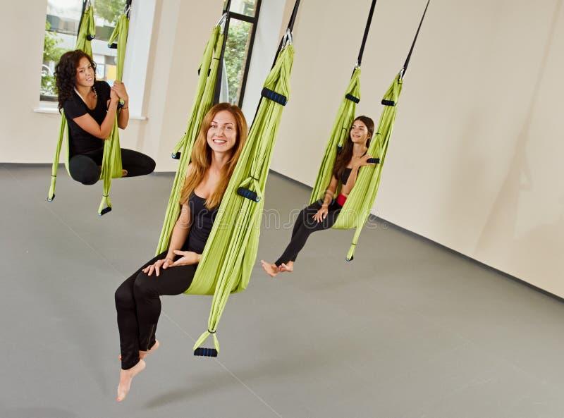 Mujeres antigravedad de la yoga Freetime foto de archivo