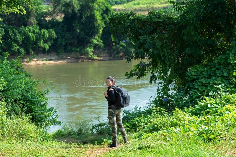 Mujeres asiáticas del caminante que caminan en parque nacional con la mochila El acampar que va del turista de la mujer al aire l fotos de archivo