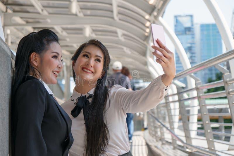 Mujeres asiáticas del negocio que tienen selfie junto imágenes de archivo libres de regalías