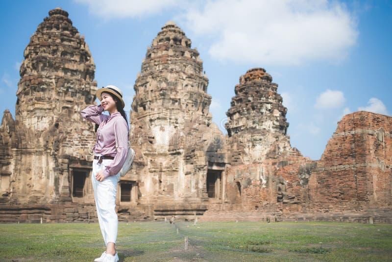 Mujeres asiáticas hermosas, gente tailandesa hermosa, ropa de sport, y llevar una situación del sombrero delante de Phra Prang Sa fotografía de archivo