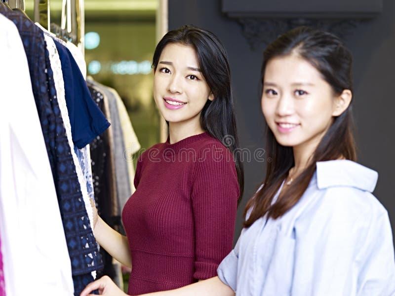 Mujeres asiáticas jovenes en tienda de ropa foto de archivo libre de regalías