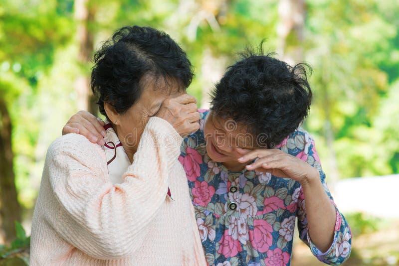 Mujeres asiáticas mayores tristes imagen de archivo