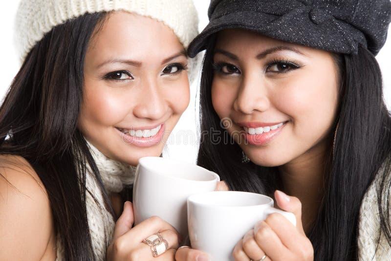 Mujeres asiáticas que beben el café imágenes de archivo libres de regalías