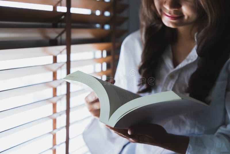 Mujeres asiáticas que leen un libro blanco imágenes de archivo libres de regalías