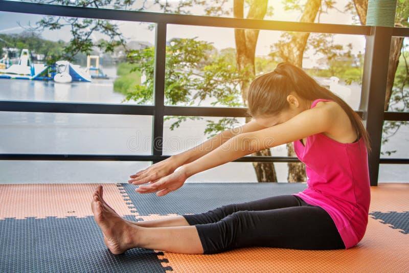 Mujeres asiáticas que llevan ejercicio rosado de las camisas fotografía de archivo libre de regalías