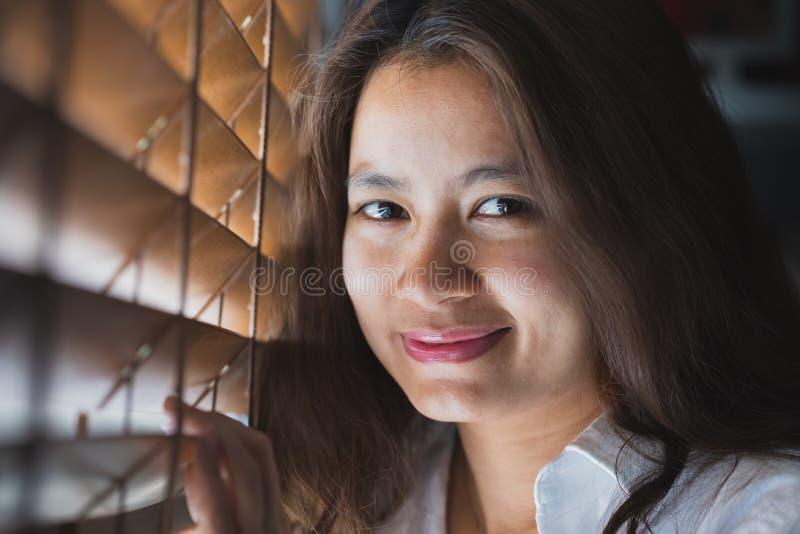Mujeres asiáticas que sonríen y que miran fotografía de archivo