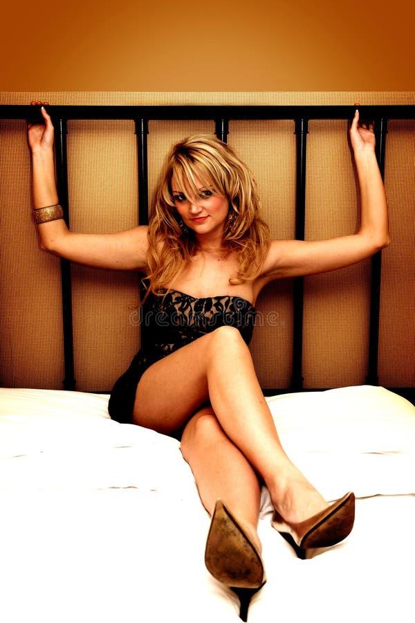 Mujeres atractivas en cama fotos de archivo libres de regalías
