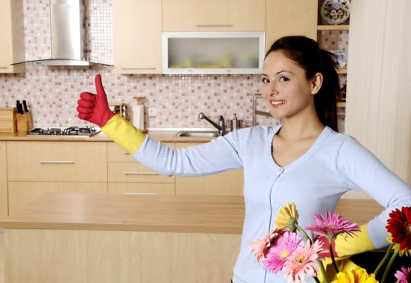 Mujeres atractivas hermosas que limpian la casa imágenes de archivo libres de regalías