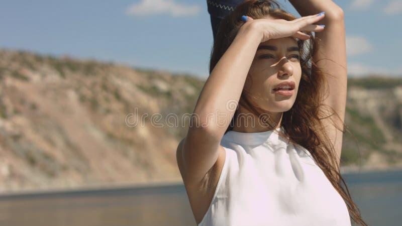 Mujeres atractivas jovenes hermosas hacia fuera en el mar en un yate foto de archivo libre de regalías
