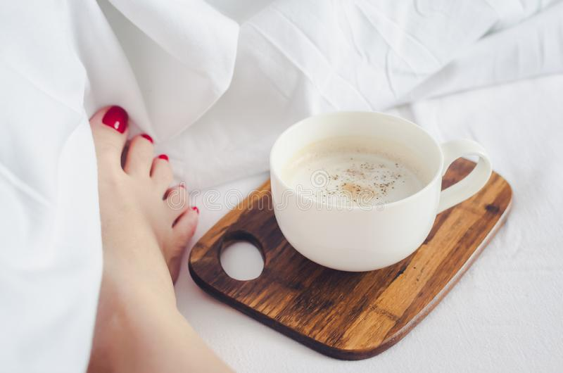 Mujeres atractivas que se relajan en malo con la taza de café caliente fotografía de archivo