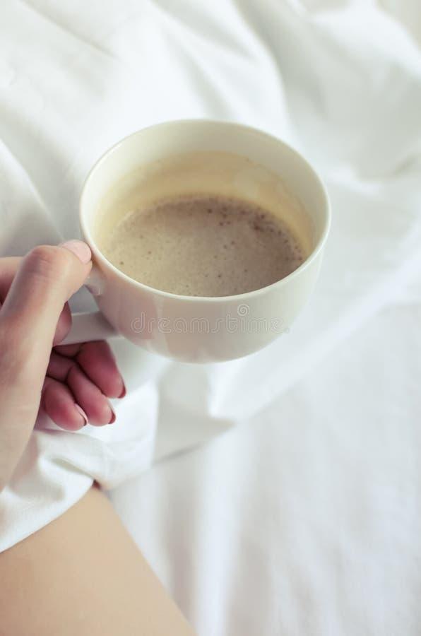 Mujeres atractivas que se relajan en malo con la taza de café caliente imágenes de archivo libres de regalías