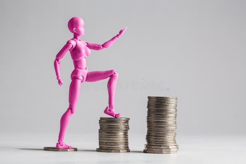 Mujeres autorizadas que intensifican el concepto de la escalera de la renta FE púrpura imágenes de archivo libres de regalías