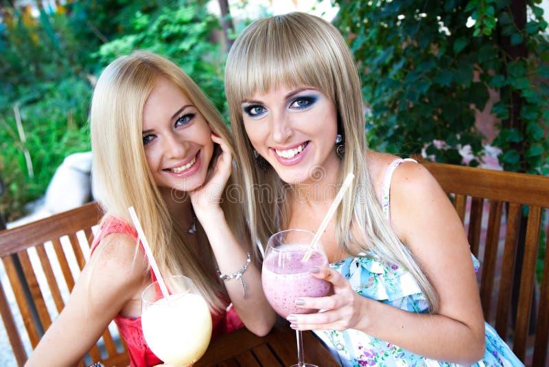 Mujeres bastante jovenes en un café foto de archivo libre de regalías