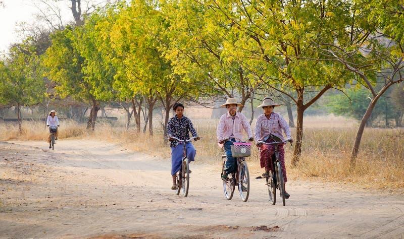 Mujeres birmanas biking en la calle en Bagan, Myanmar imagen de archivo