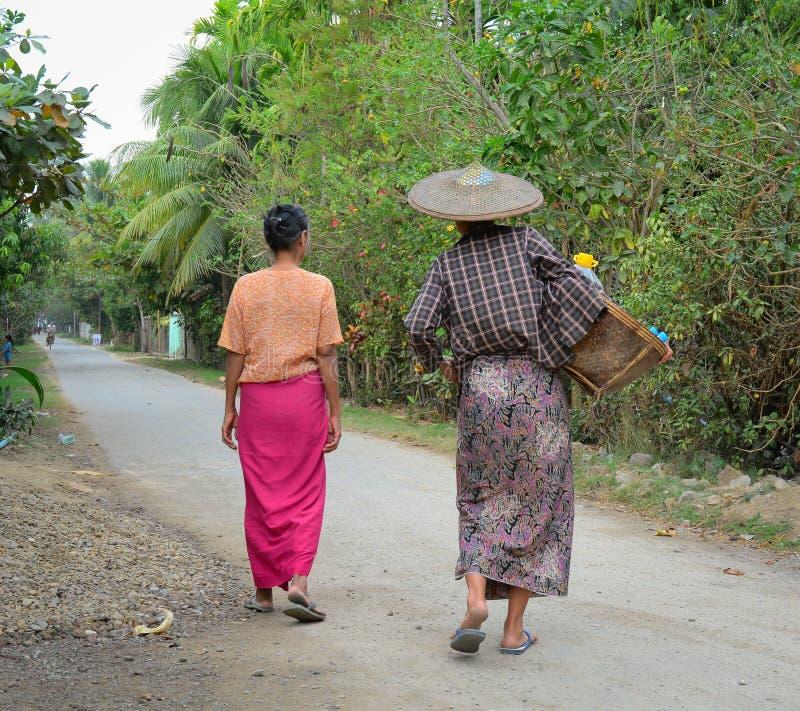 Mujeres birmanas que llevan una cesta pesada fotos de archivo
