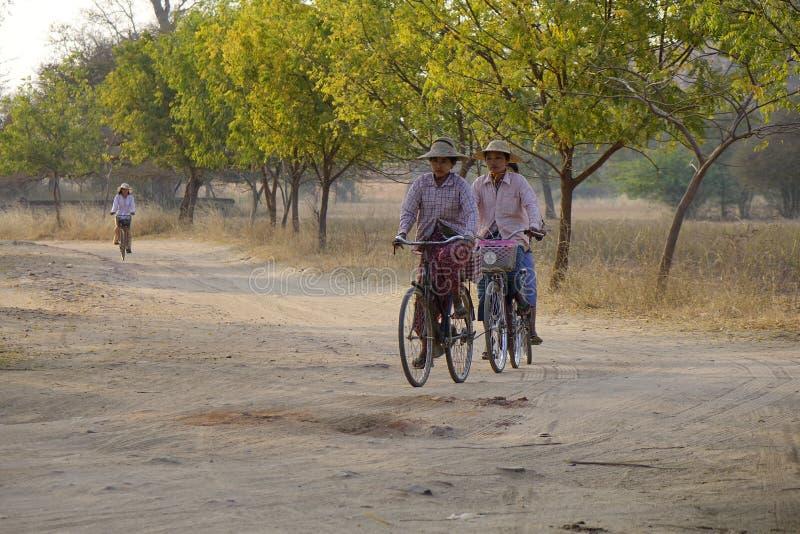 Mujeres birmanas que montan las bicis foto de archivo libre de regalías