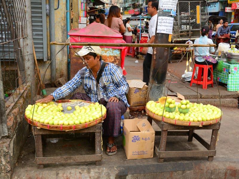 Mujeres birmanas que venden las frutas frescas en el mercado de Bogyoke foto de archivo libre de regalías