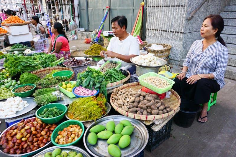 Mujeres birmanas que venden las frutas frescas en el mercado de Bogyoke imágenes de archivo libres de regalías