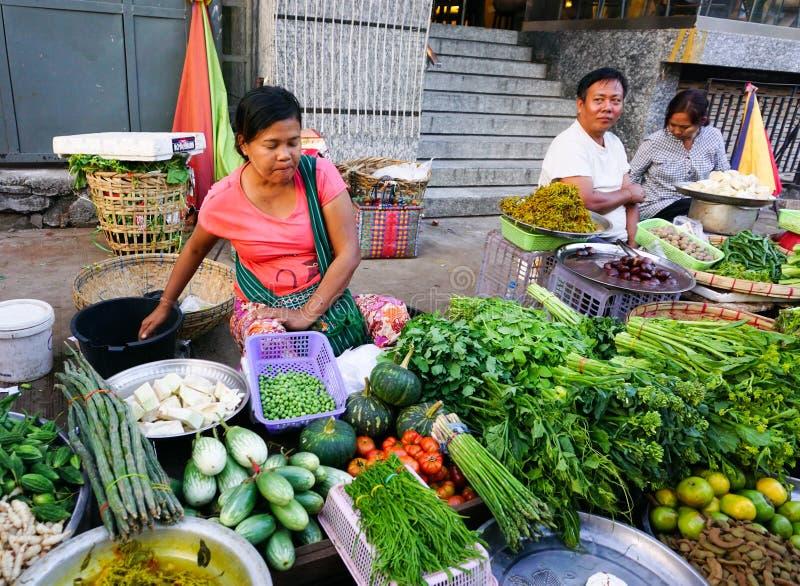 Mujeres birmanas que venden las frutas frescas en el mercado de Bogyoke imagen de archivo libre de regalías