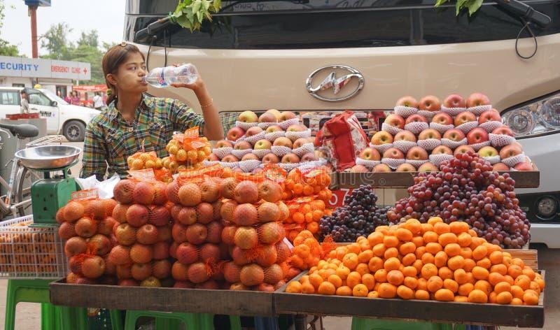 Mujeres birmanas que venden las frutas frescas en el mercado de Bogyoke foto de archivo