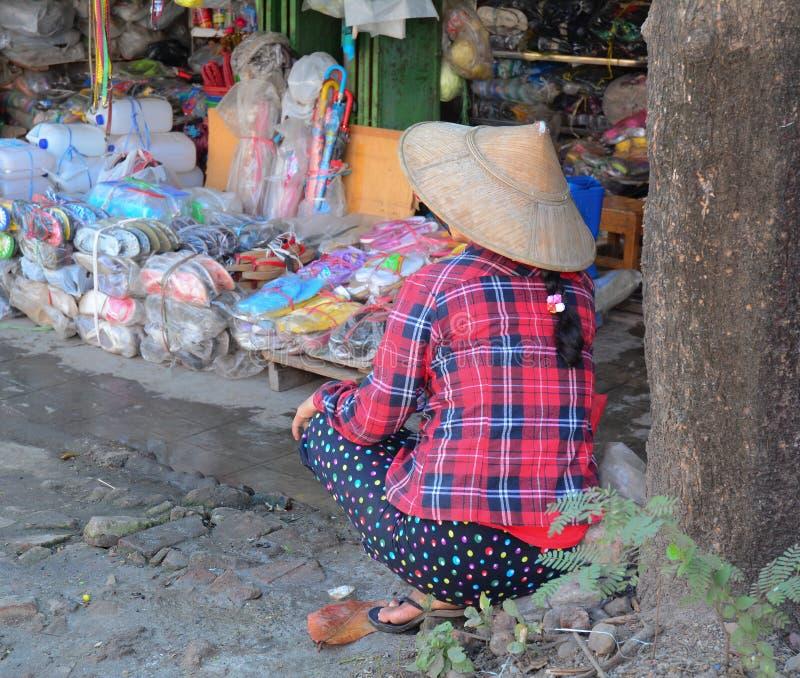 Mujeres birmanas que venden mercancías en el mercado de Bogyoke imagen de archivo