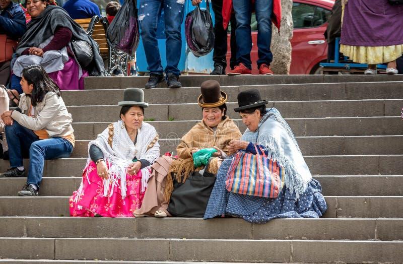 Mujeres bolivianas que se sientan en los pasos en la plaza Murillo en La Paz, imagenes de archivo