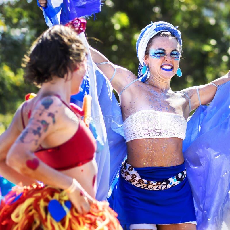 Mujeres brasileñas felices que bailan en el desfile de Carnaval, Rio de Janeiro, el Brasil imágenes de archivo libres de regalías