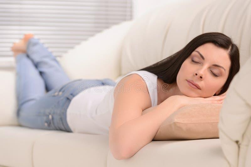 Mujeres cansadas. Mujeres de mediana edad hermosas que duermen en el sofá imágenes de archivo libres de regalías