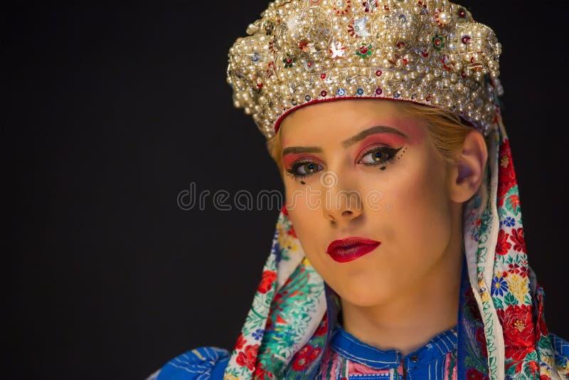 Mujeres caucásicas jóvenes con corolla perla y ropa de etno imágenes de archivo libres de regalías