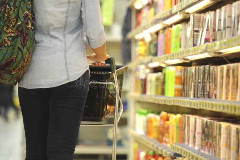 Mujeres, compras, supermercado, carro de la compra, venta al por menor, golpecito del ultramarinos fotografía de archivo libre de regalías